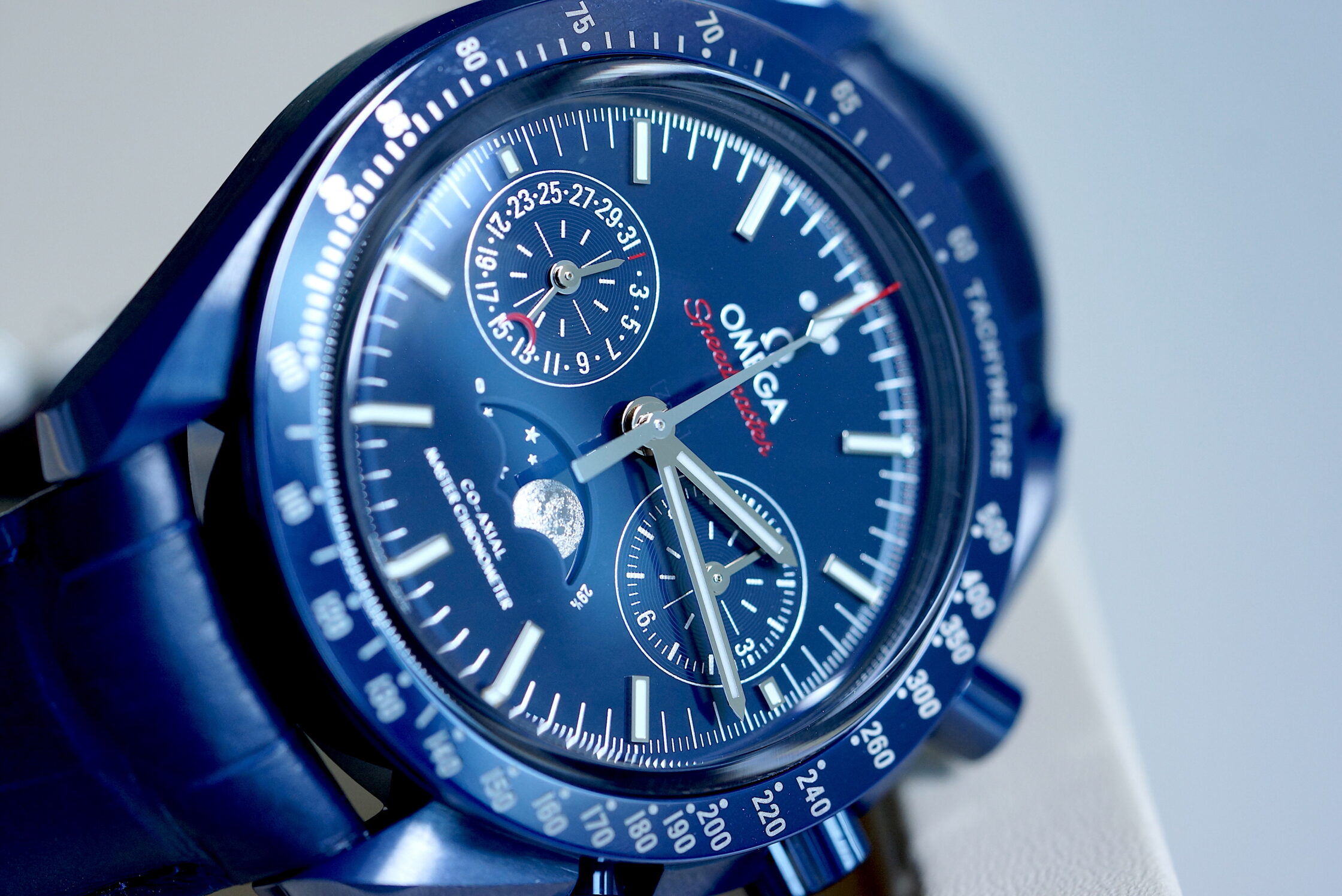 "Omega Speedmaster Chronograph Moonphase Co-Axial Master Chronometer ""Blue Side of the Moon"""